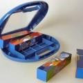 Bilder-Puzzle in Form von vier Quadern (Maße: jeweils 14 x 3 x 3 cm = L x B x H). Sie sind auf allen vier Längsseiten mit bedruckter Folie (Motiv: Benjamin Blümchen) beklebt, die pro Längsseite...