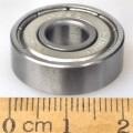 Kugellager - in Form eines einreihigen Kugellagers mit Außenring und Innenring aus Stahl, 2 seitlichen Dichtscheiben aus Metall sowie darin umlaufenden Kugeln, - mit einem größten äußeren...