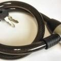 Es handelt sich um ein etwa 1,5 cm starkes und 80 cm langes Seil aus unedlem Metall (charakterbestimmend) mit Kunststoffummantelung. An den Enden ist eine Schließvorrichtung (Zylinderschloss)...