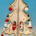 """Bei dem mit einem Spieldosenmechanismus versehenen Artikel, sog. Spieluhr """"Weißer Weihnachtsbaum klein"""", handelt es sich um einen Ziergegenstand aus Holz (Antragstellerangabe). Nach..."""