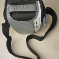 Etui für einen Fotoapparat, sog. Kameratasche, Foto siehe Anlage, - mit einer Außenseite aus Spinnstoffen, - in den Abmessungen: ca. 19 cm (Breite am oberen Ende) x 12 cm (Tiefe) x 19 cm (Höhe), -...