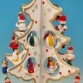 """Bei dem mit einem Spieldosenmechanismus versehenen Artikel, sog. Spieluhr """"Weißer Weihnachtsbaum mittel"""", handelt es sich um einen Ziergegenstand aus Holz (Antragstellerangabe). Nach..."""