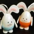 Es handelt sich um 4 Stück ca. 9 cm große Hasen, bestehend aus einem eiförmigen Körper aus bunt bemaltem Kunststoff mit Gesicht. Die Arme, Beine und Ohren sind aus Filz. An den Ohren ist...