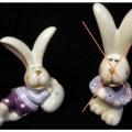 Es handelt sich um eine ca. 6,5 cm lange Hasenfigur aus Keramik. Der Hase ist bekleidet und liegt auf einem bemalten Osterei.  Das Erzeugnis dient als Osterhase traditionell zur Dekoration während...