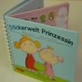 """Sog. """"Bilderbuch zum Selbergestalten"""" Es handelt sich um ein Ringbuch mit dem Titel """"Stickerwelten Prinzessin"""". Das Buch beinhaltet fünf beidseitig bedruckte Seiten aus Karton,..."""