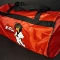 Ähnliches Behältnis, sog. Miru Tasche Taekwondo Cool, Art. 5015013, Foto siehe Anlage,  - mit einer Außenseite aus Spinnstoffen auf einer Unterlage aus Kunststofffolie, - auf einer Seite mit...