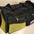 Reisetaschenähnliches Behältnis, sog. TR Sporttasche, Foto siehe Anlage,  - mit einer Außenseite aus Spinnstoffen, - mit einem abnehmbaren, verstellbaren Schultertragegurt mit Polsterung, -...