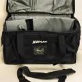 Ähnliches Behältnis, sog. Coach Tasche, Foto siehe Anlage,  - mit einer Außenseite aus Spinnstoffen, - mit einem abnehmbaren, verstellbaren Schultertragegurt mit Polsterung, - mit zwei zusammenfassbaren...