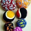 """Sog. """"Ersatz Klettbälle 2er Set"""". Es handelt sich um zwei Bälle mit einem Durchmesser von 6,5 cm. Die Bälle bestehen aus einem Hohlkörper aus Kautschuk, der ähnlich einem Tennisball,..."""