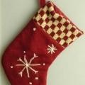 """Es handelt sich um eine ca. 18 cm hohe und 13 cm breite """"Weihnachtssocke"""" aus Baumwolle, die auf der Vorderseite einen karierten Besatz aufweist, mit eingestickten Sternen verziert..."""