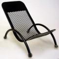 """Es handelt sich um i. W. aus Stahl gefertigte verkleinerte Nachbildungen von Gartenstühlen, deren """"Sitzfläche"""" eine gitterartige Struktur aufweist und deren in etwa halbkreisförmige..."""