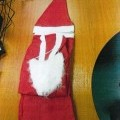 Pletená čiapka s brmbolcom - súčasť kostýmu Santa Claus. Je vyrobená zo 100 % polyesteru.