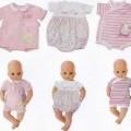 Es handelt sich um Puppenkleidung aus Spinnstoff in Form von einteiligen Bodys, die aufgrund der Größe und Aufmachung hauptsächlich für Puppen bestimmt sind. Sie sind mit kurzen Ärmeln versehen...