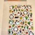 Angaben des Antragstellers: Kristallsticker in verschiedenen Formen (Pinguine, Geschenke, Schneemänner) aus Polyvinylchlorid  Untersuchungsergebnis an einem Warenmuster: Glänzende, selbstklebende...
