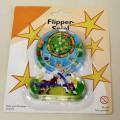 """Es handelt sich um ein ca. 11 x 8 x 1 cm großes sog. """"Flipperspiel"""", bestehend aus  einer durchsichtigen Kunststoffoberfläche mit einer daran fest angebrachten Spielfläche  aus bedruckter..."""