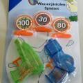 Es handelt sich bei dem Gesellschaftsspiel um ein so genanntes Wasserspritzpistolen-Spielset für zwei Spieler, bestehend aus: - drei Zielscheiben mit Standfuß (aus Kunststoff mit bedruckten...