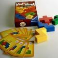 Es handelt sich um ein Gesellschaftsspiel, bestehend aus zehn unterschiedlichen Baukarten aus Pappe und vier unterschiedlich geformten Bausteinen aus Kunststoff. Auf jeder Karte sind die Bauklötze...
