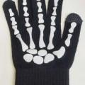 Fingerhandschuhe, sog. Handschuhe schwarz Halloween, Artikel 729617, Foto siehe Anlage, - als Fünffingerhandschuhe abgepasst hergestellt, - aus ca. 1,3 mm dicken, einfarbigen Gewirken aus laut...