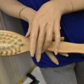 houders; hout; borstels; voor lichaamsverzorging; voor lichaamsreiniging