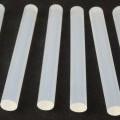 Angaben des Antragstellers: Klebestifte, 6 Stück, 11 x 100 mm; weiß-klar; passend für Heißklebepistole  Feststellungen an einem Warenmuster: Es wurden sechs weißlich-transparente Stäbe...
