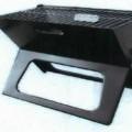 Es handelt sich um vollständig aus Stahl gefertigte Grillgeräte zur Verwendung mit Holzkohle (nicht Gegenstand dieser vZTA), bestehend aus einem klappbaren Gestell aus zwei spezifisch gearbeiteten,...