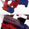 Packbandabroller, - aus einem Kunststoffgehäuse mit Griff, Aufnahmevorrichtung für die Klebebandrolle (nicht Gegenstand    der vZTA), Klebebandanpresslasche, Umlenkrolle sowie einer gezahnten...