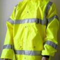 Anorakähnliches Kleidungsstück und Weste, sog. Warnschutzjacke 4 in 1, Art. 8466650, Größe M,  Foto siehe Anlage, - die beiden Kleidungsstücke sind durch Reißverschlüsse miteinander verbunden,...