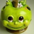 """Keramischer Ziergegenstand, sog. """"Windlicht Comicapfel"""", Abbildung siehe Anlage,  - Windlicht in Form eines wurmstichigen, bemalten, innen hohlen Apfels,  - durchbrochen gearbeitet..."""