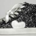 """Freizeitstiefel (lt. Antrag: """"Damenschuh, Modell: Isa Sneaker Glitter / 0500050019"""", Foto siehe Anlage) - mit steifen Laufsohlen aus (lt. Antrag) Kunststoff, - mit Oberteil aus Kunststoff..."""