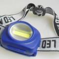 COB-Stirnleuchte (Abbildung siehe Anlage) - aus einem COB LED-Array, eingebaut in einem schwenkbaren Kunststoffgehäuse mit    Druckschalter und Batteriefach für drei AAA Batterien (Abmessungen...