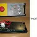"""einbausteuerung, in form eines rechteckigen bedienpanels (abmessungen: lxb 17,5 x 8 cm) mit drei drucktastern und einem notaustaster, led-kontrollleuchten und mit weiteren aktiven und passiven bauelementen bestückten, gedruckten schaltungen, als bedieneinheit zum einbau in kräne. die ware ist als """"konsole, mit mehreren geräten der position 8536 ausgerüstet, zum elektrischen steuern, für eine spannung von 1000 v oder weniger, kein steuerschrank, speicherprogrammierbare steuerung"""" einzureihen.  (angaben lt. antragsteller) (abbildung siehe anlage)."""