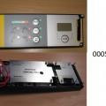 """einbausteuerung, in form eines rechteckigen bedienpanels (abmessungen: lxb 25 x 8 cm) mit lcd-anzeige, vier drucktastern und einem notaustaster, led-kontrollleuchten und mit weiteren aktiven und passiven bauelementen bestückten, gedruckten schaltungen, als bedieneinheit zum einbau in kräne. die ware ist als """"konsole, mit mehreren geräten der position 8536 ausgerüstet, zum elektrischen steuern, für eine spannung von 1000 v oder weniger, kein steuerschrank, speicherprogrammierbare steuerung"""" einzureihen.  (angaben lt. antragsteller) (abbildung siehe anlage)."""