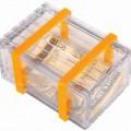 Es handelt sich um eine Aufbewahrungsbox, die (in der Art einer Leistenkiste, die üblicherweise aus Holz besteht)  aus formgepressten, transparenten Kunststoffen im Sinne der Anmerkung 1 zu...