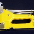 """""""Handtacker"""";  - aus unedlem Metall gefertigtes und mit freiem Arm zu handhabendes Erzeugnis, bestehend    aus einem Gehäuse, das zu einer Griffschale ausgearbeitet ist, einem ausziehbaren..."""