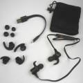Bluetooth-in-ear-Kopfhörer, - aus einem Mikrofon, zwei Stereo-Lautsprechern, Akkumulator, Bluetooth Sende- und   Empfangsmodul  mit Bedienelementen zur Rufannahme und -beendigung, Lautstärkeregelung,...