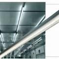 Bei der sog. Linienleuchte aus Aluminium handelt es sich um eine ca. 226 cm x 4 cm x 7 cm (L x B x H) große elektrische Deckenleuchte, bestehend aus einem rechteckigen Gehäuse aus Metall mit...