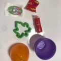 z plastu; upraveno pro drobný prodej; cukrovinky; samolepící;…