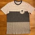 med ficka; med fåll; nedtill; av bomull; t-tröja; dukvara av…
