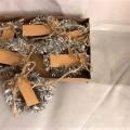 av metall; i detaljhandelsförpackning; dekorerad; papper; med…