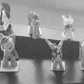 z plastu; jako kapsle; hračky; koně; hračky v podobě zvířat